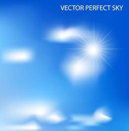 Blauer Himmel mit undeutlichen Wolken und glühendem Sun