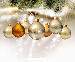 Bolas de Natal brilhante, pendurado com galhos de árvores