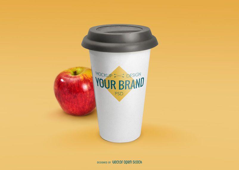 Taza de café maqueta PSD con manzana