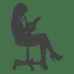 Empresaria acceder a pestaña en silla