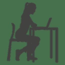 Empresaria trabajando duro en la computadora portátil