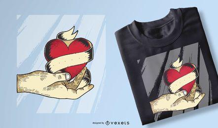 Mano sujetando diseños de camiseta de corazón