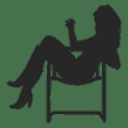 Mädchen sitzt auf dem Stuhl
