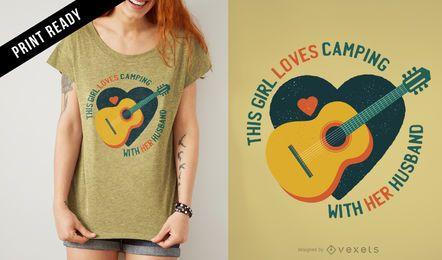 La muchacha ama el diseño de la camiseta que acampa
