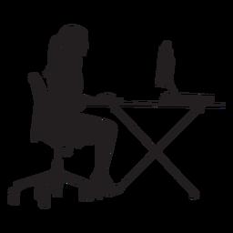 Frau, die am Computertischschattenbild sitzt