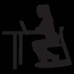Frau, die am Schreibtischschattenbild sitzt