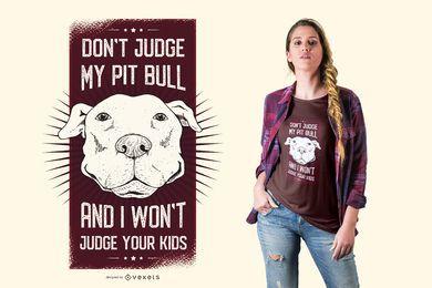 Beurteilen Sie nicht mein Pitbull und ich urteile nicht Ihren lustigen Zitat-Hundet-shirt-Entwurf der Kinder