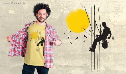 Trabajador tapando el diseño de la camiseta sol