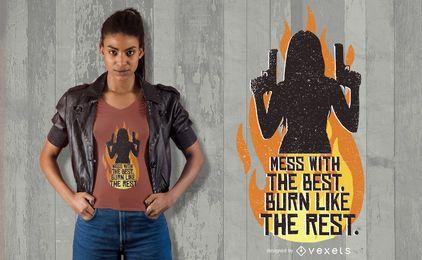Mulher com design de t-shirt de armas