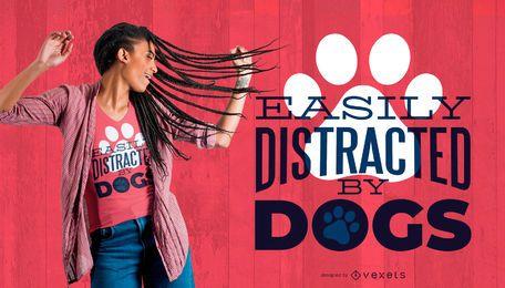 Distraído pelo design do t-shirt dos cães