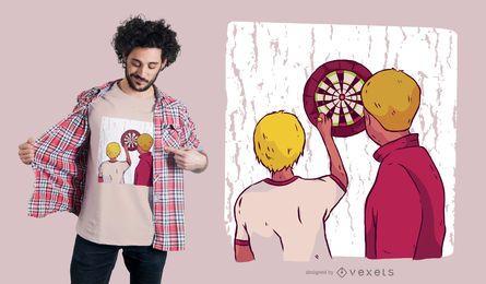 Tirando los dardos de la camiseta de diseño.