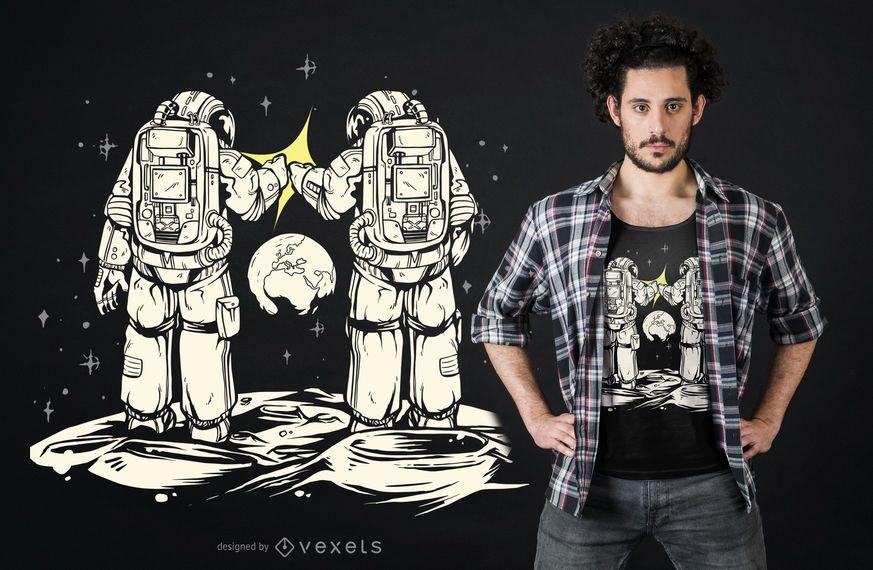 Diseño de camiseta de astronauta de puño golpeando