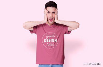 Chico con maqueta de camiseta rosa
