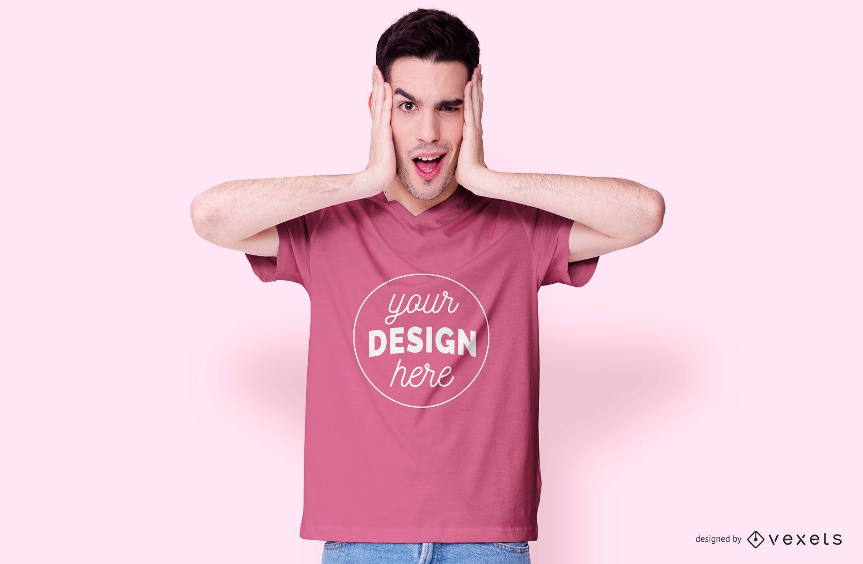 Kerl der rosa T-Shirt Modell trägt