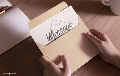 Mãos segurando um projeto de maquete de envelope