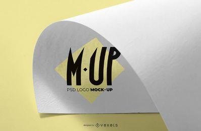 Maquete de logotipo de papel dobrado
