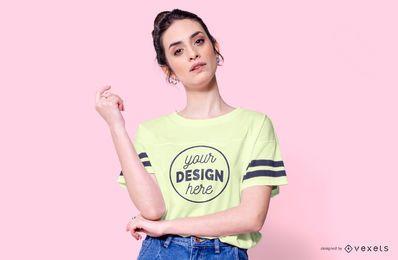 T-shirt com maquete de modelo de listras