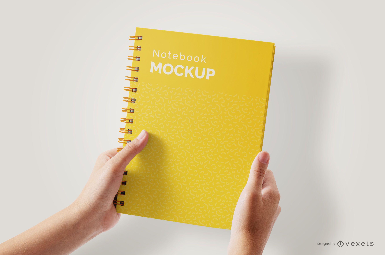 Mãos segurando uma maquete de notebook