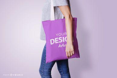 Modelo com maquete de sacola