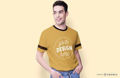 Maqueta de camiseta modelo masculino sonriente