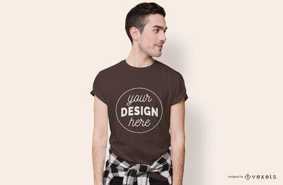Modelo de camiseta de menino olhando de lado