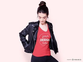 Modelo de camiseta feminina com jaqueta de couro