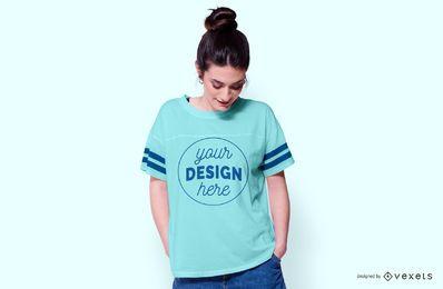 Mujer vistiendo maqueta de camiseta