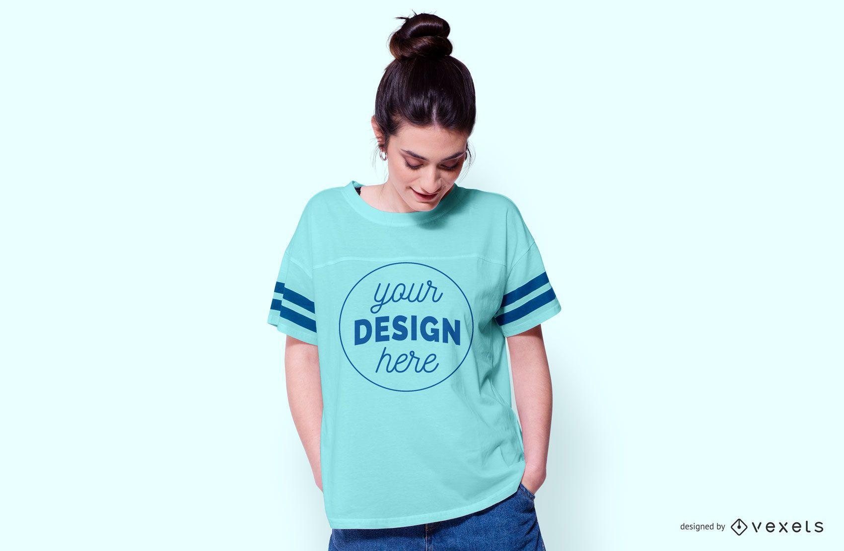 Mulher usando maquete de camiseta