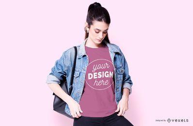 Menina com maquete de t-shirt de bolsa