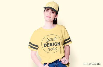 Menina com maquete de t-shirt de chapéu