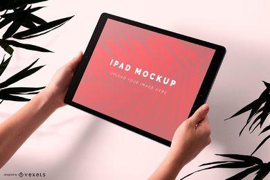 Segurando o design da maquete de Ipad
