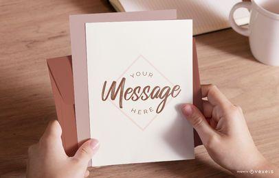 Mãos segurando uma maquete de envelope