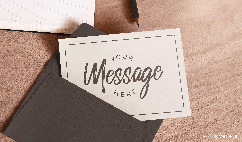 Cartão em uma maquete de envelope