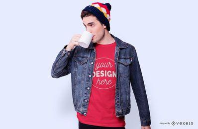 Maquete de t-shirt de café bebendo menino