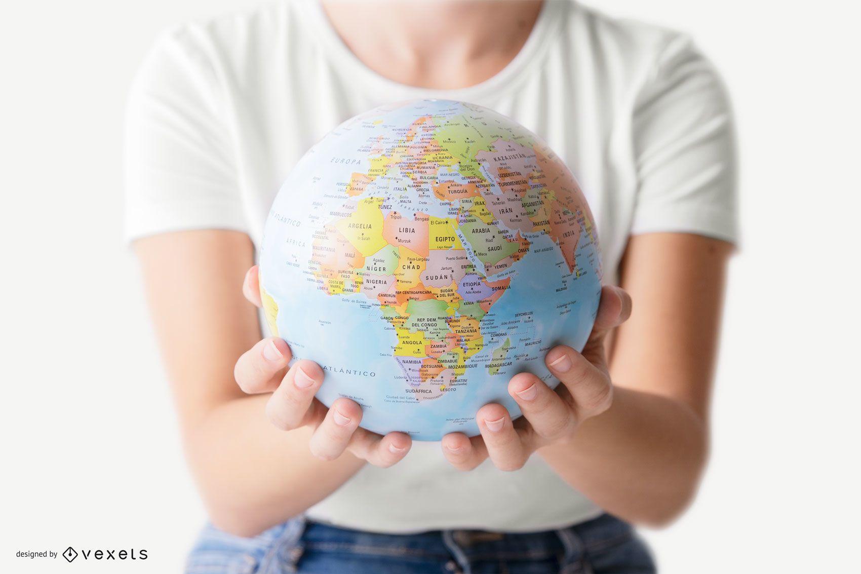 Pessoa segurando a maquete do globo