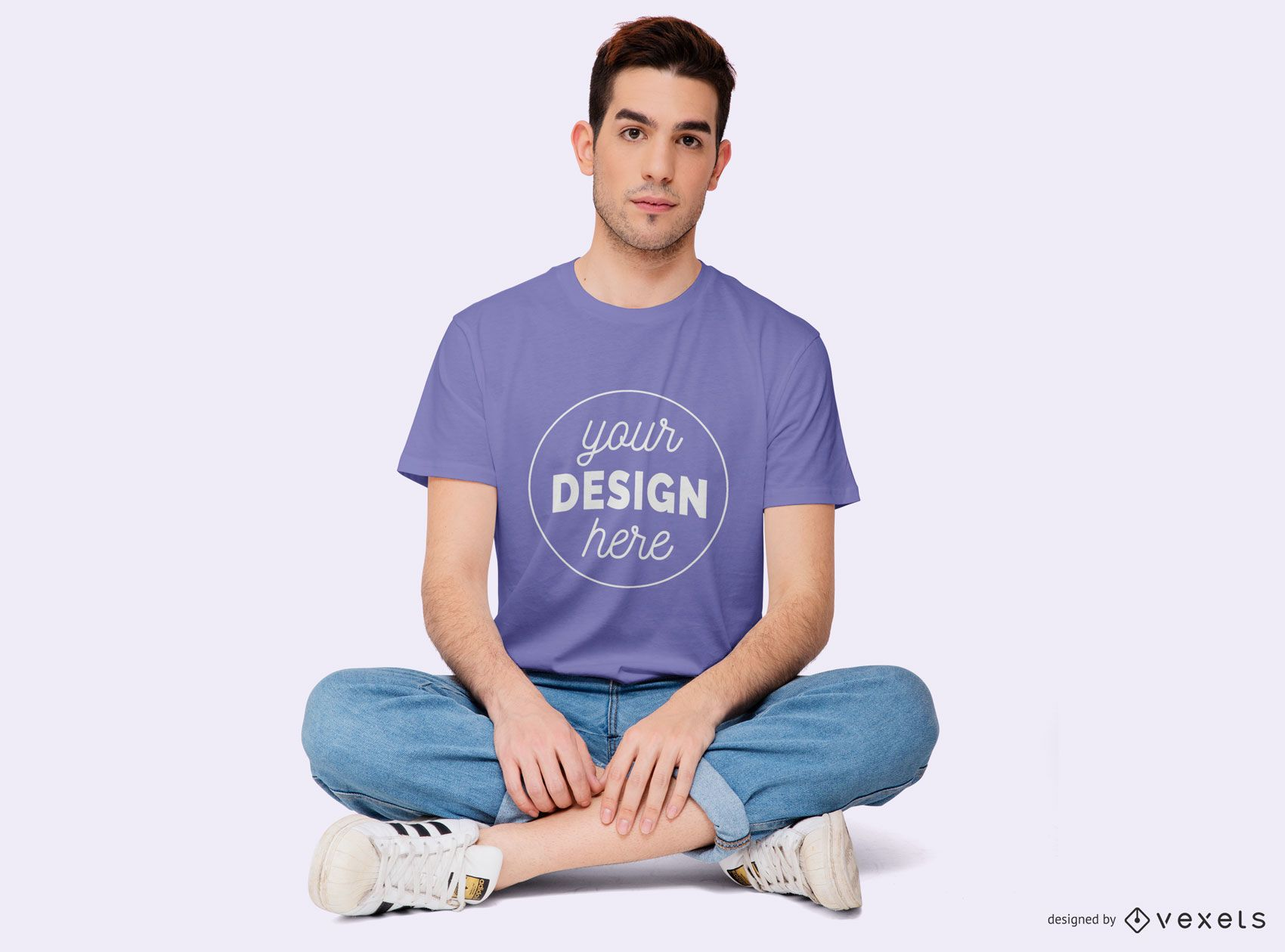 Junge sitzt mit gekreuzten Beinen T-Shirt Mockup