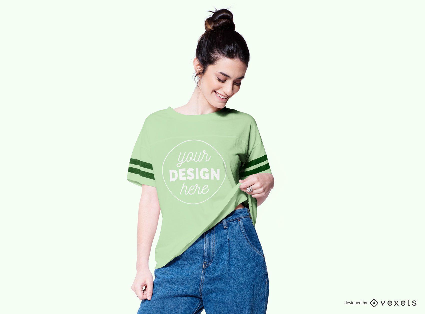 Mujer en maqueta de camiseta de jeans