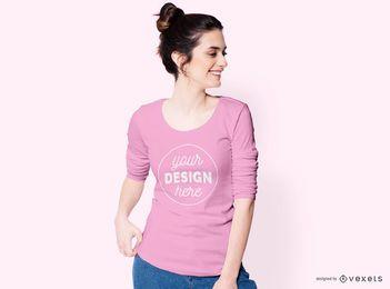 Frau, die seitwärts T-Shirt Modell sieht