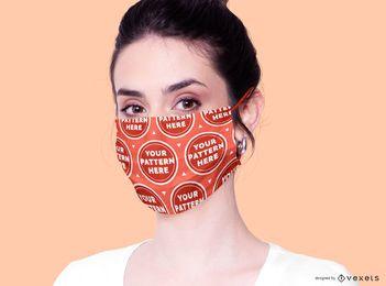 Mujer con maqueta de mascarilla