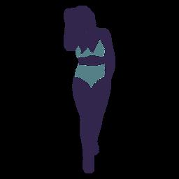 Garota de biquíni andando frente azul