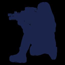 Chica rifle hacia la izquierda agachándose con el objetivo de silueta