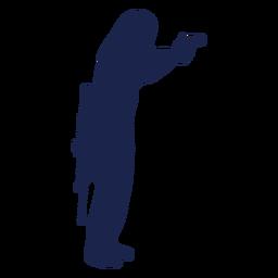 Rifle de homem direito virado para silhueta de pistola