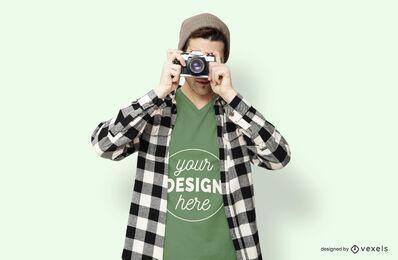 Maquete de t-shirt de câmera de modelo masculino