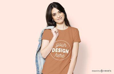 Mulher com maquete de jaqueta e camiseta