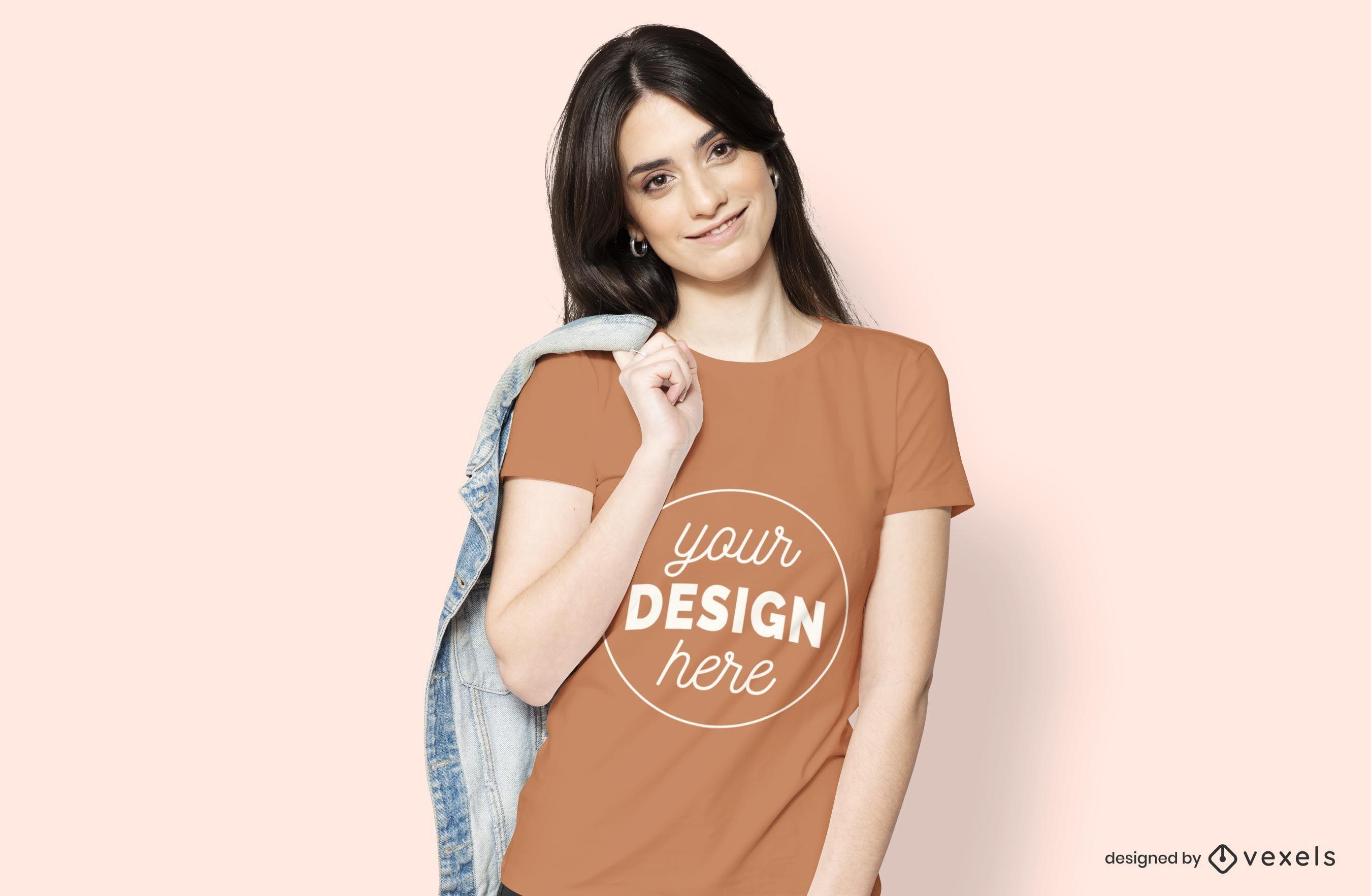 Mujer con maqueta de camiseta de chaqueta