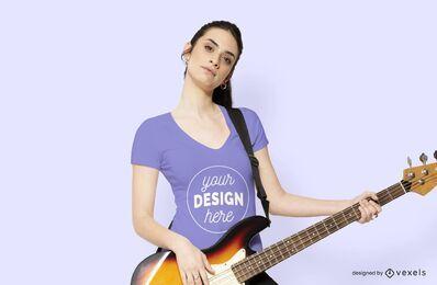 Mulher com maquete de camiseta de guitarra