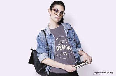 Maquete de t-shirt vestindo estudante