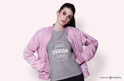 Modelo com maquete de camiseta jaqueta