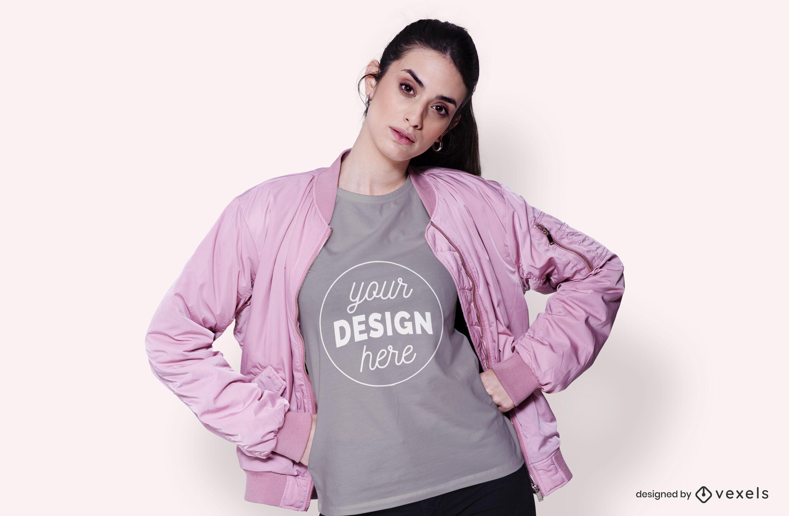 Modelo com maquete de jaqueta e camiseta
