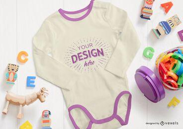 Composición de maqueta de onesie de juguetes